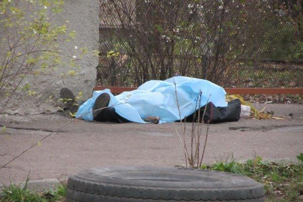 У Харкові біля багатоповерхівки знайшли тіло чоловіка