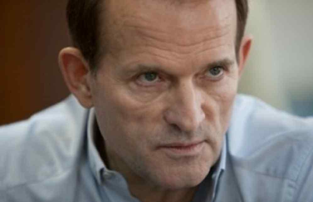 Поверни політв'язнів путінський прихвостень: Націоналісти розгромили офіс Медведчука