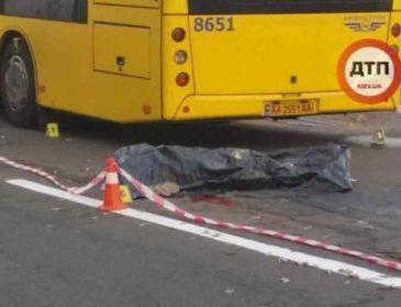 Помер миттєво: у столиці чоловіка штовхнули під колеса автобуса