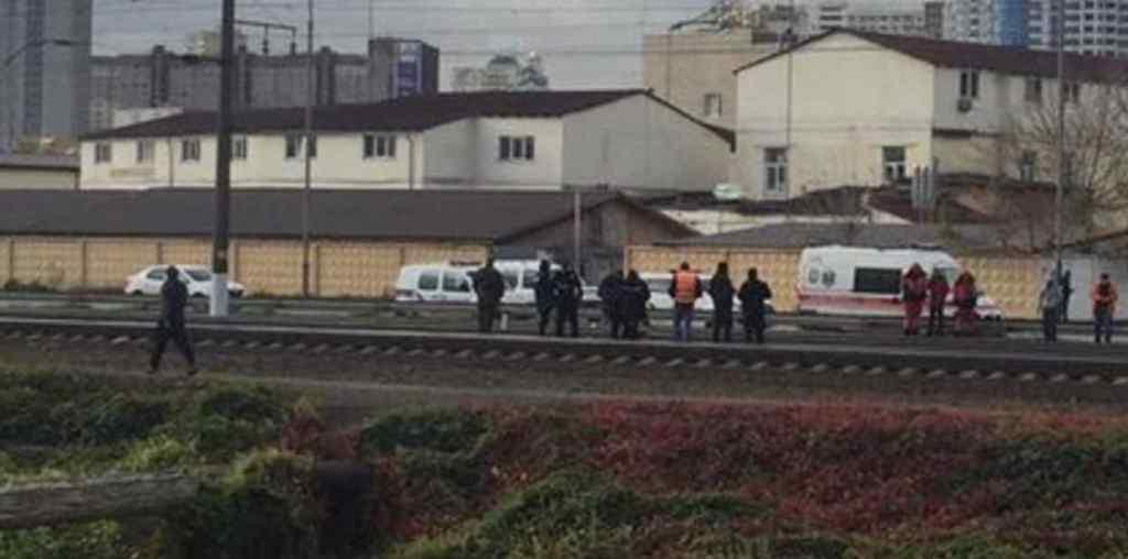 Тіло відкинуло на 50 м: у Києві чоловіка збив поїзд