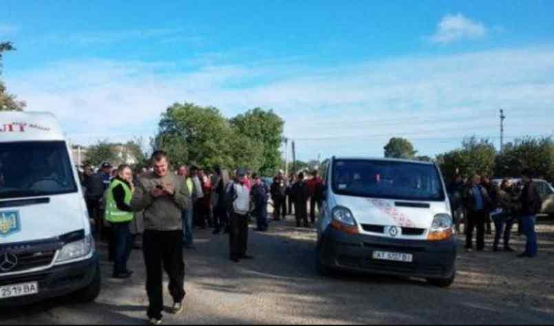 Під Львовом десятки жителі перекрили дорогу: що вимагають протестуючі