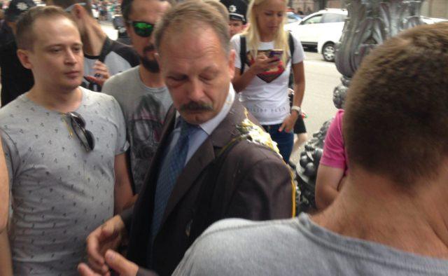 Скандал у Раді: Одіозний депутат накинувся на журналіста