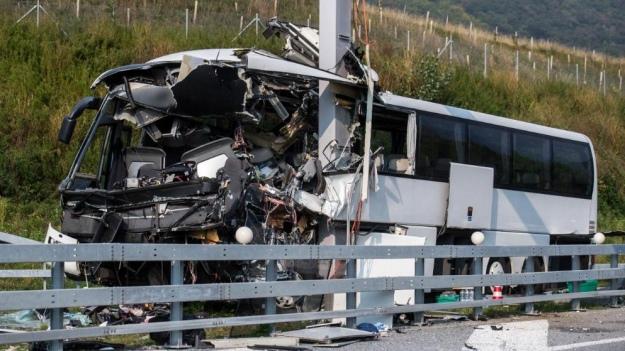 У Швейцарії на шаленій швидкості розбився автобус з туристами, постраждали діти