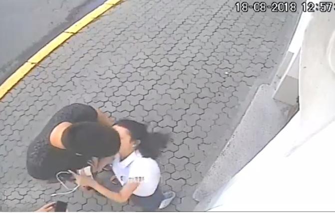 Серед білого дня відомий український блогер напав на дівчину: опубліковано відео
