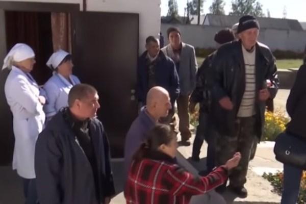 Люди бояться вийти з дому: на Житомирщині розгорівся гучний скандал через психлікарню, яка дозволяє гуляти селом вбивцям та гвалтівникам