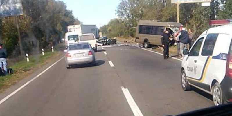 """""""Автомобіля просто немає"""": під Києвом сталася моторошна ДТП із мікроавтобусом"""