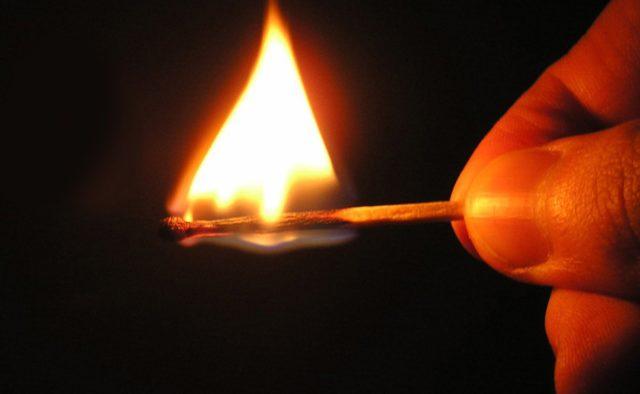 На Кіровоградщини чоловік облив бензином і підпалив красуню-дружину: моторошні деталі і кадри трагедії