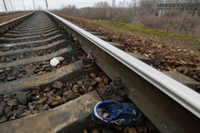 Видовище не для слабкодухих: під Києвом дівчину в навушниках розірвав на частини поїзд