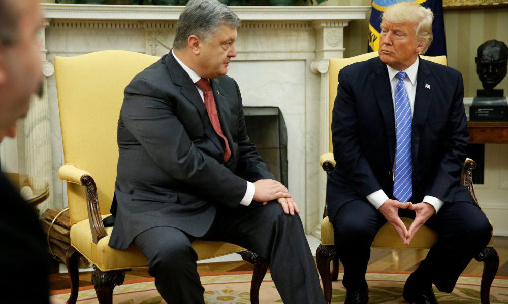 Не потиснув руку: Трамп проігнорував Порошенко перед парадом у Парижі
