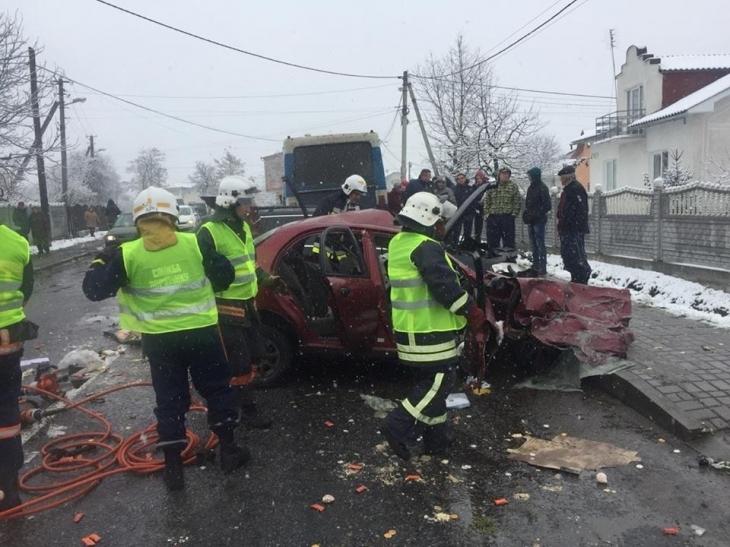 Фатальна ДТП на українській трасі: Легковик на шаленій швидкості врізався в пасажирський автобус, є жертви