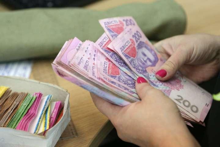 Воєнний стан в Україні: що буде з пенсіями і зарплатами для громадян