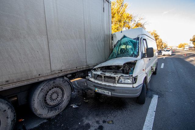 Моторошна аварія в Дніпрі: маршрутка з пасажирами на швидкості врізалася у вантажівку, перші подробиці