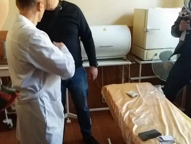 Вимагав 4 тисячі доларів: у Вінниці на хабарі спіймали лікаря