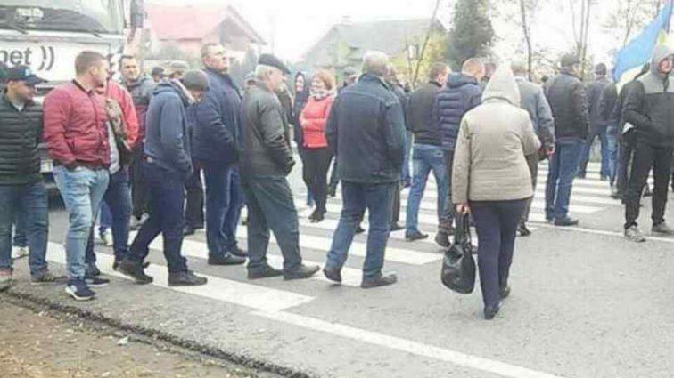 Жителі містечка на Львівщині другу добу перекривають міжнародну трасу: що вимагають