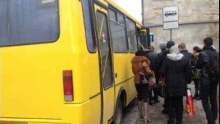 """""""Раптово стало зле"""": Жінка з невідомих причин померла у львівській маршрутці"""
