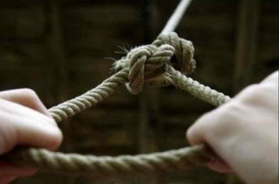 Фатальна знахідка: 16-річна школярка покінчила з життям прямо у власному дворі