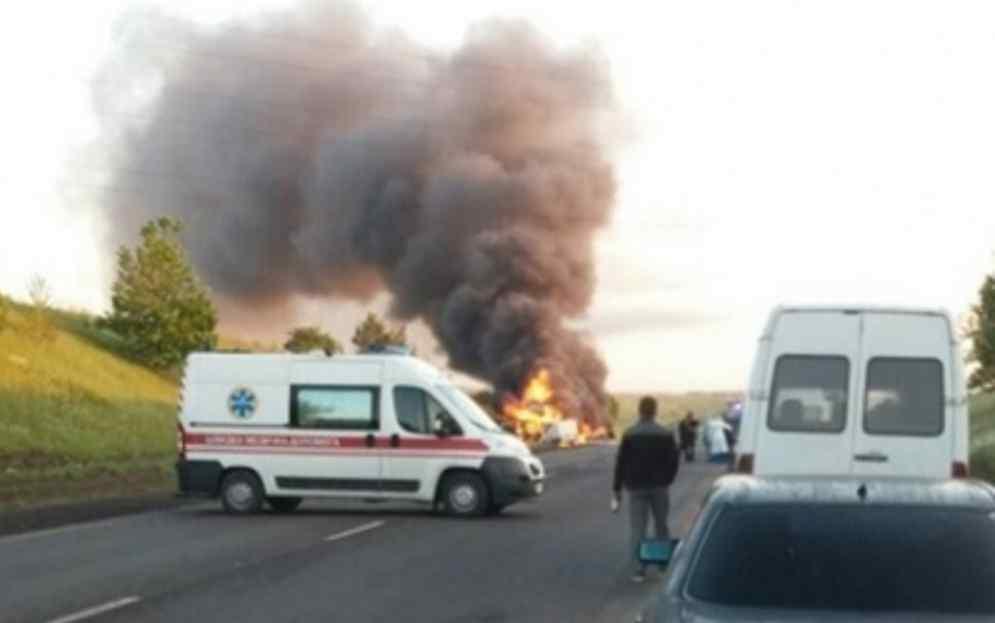 Смертельна ДТП на українській трасі: сталося жахливе зіткнення автомобілів із загорянням, є загиблі