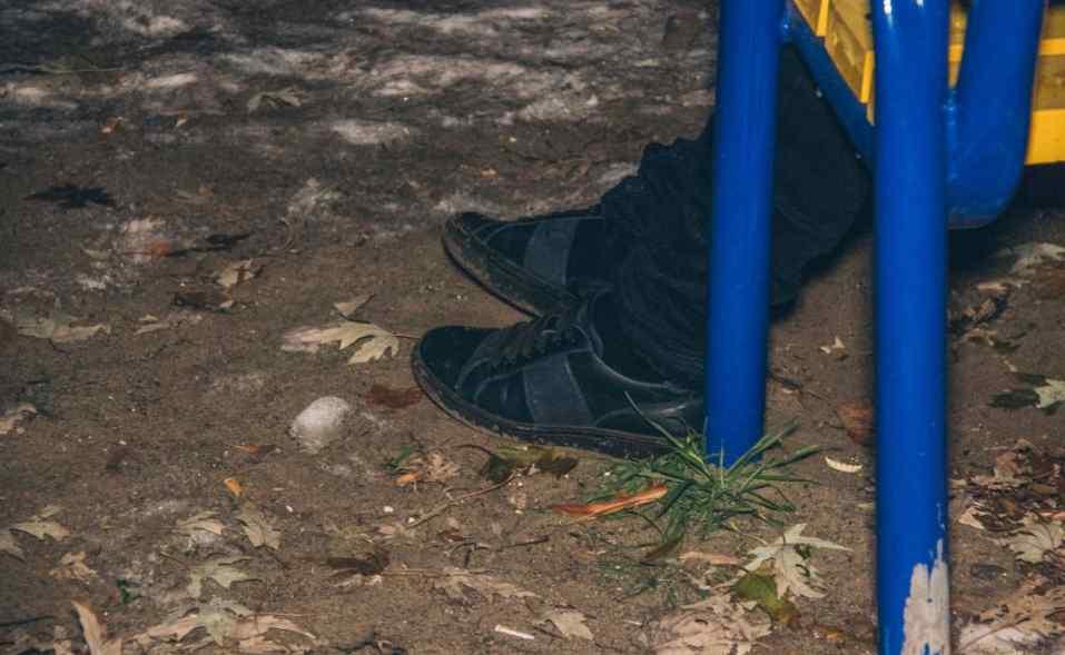 Кров стигне у жилах: Мертвого чоловіка без штанів знайшли на дитячому майданчику