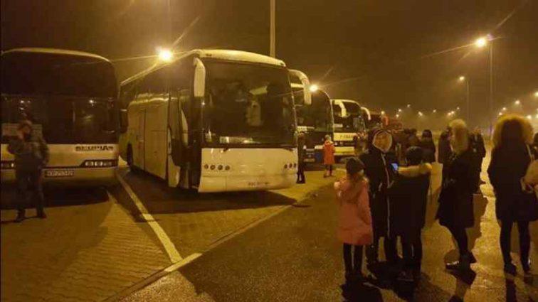 """""""Холодно, у кількох дітей піднімається температура"""": Автобуси зі школярами опинилися у полоні """"євробляхерів"""""""