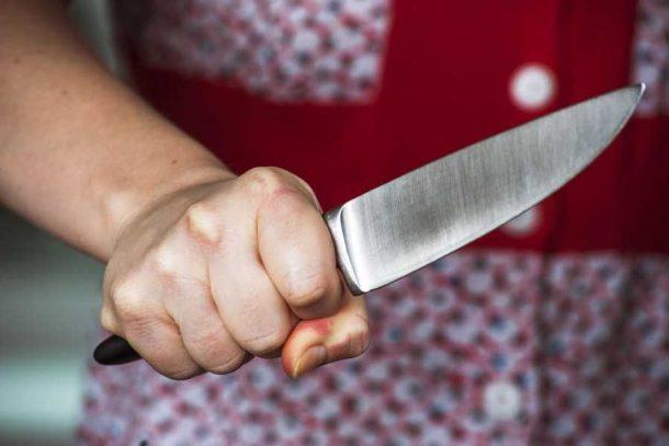 Вже давно вороги:  чоловік отримав ножем від сусідки