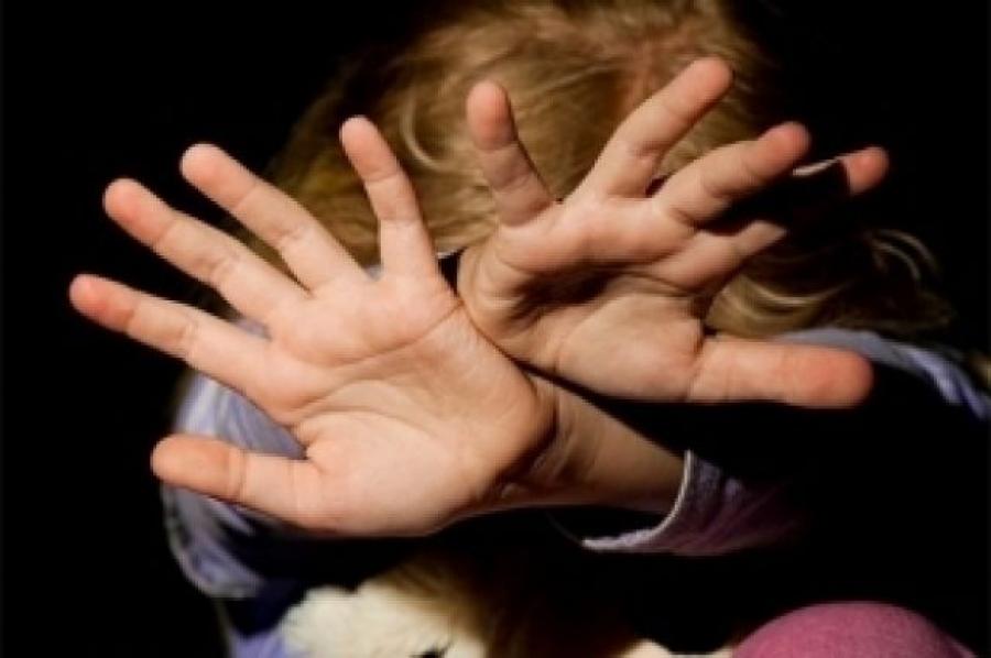 """""""Від гематом і побоїв дитина була вся синя"""": Батько душив і жорстоко бив ногами шестирічну дівчинку"""