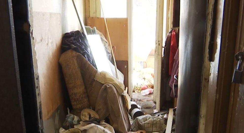 Був за шафою, накритий курткою: львів'янка тримала мертвого чоловіка тиждень за меблями