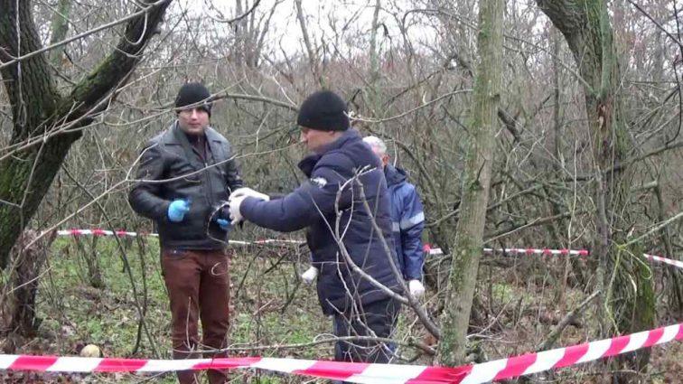 Місяць в петлі на колінах: У Миколаєві у лісосмузі знайшли тіло чоловіка