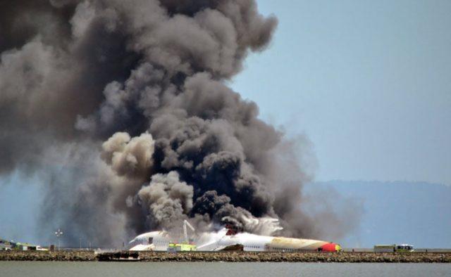 Літак впав на житлові будинки, є жертви: перші подробиці трагедії