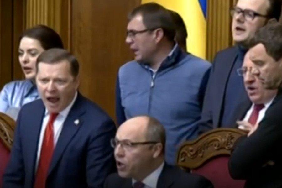 Воєнний стан в Україні: Засідання Верховної Ради розпочалося зі скандалу