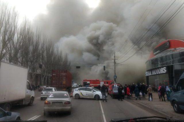 Вулиця затягнута димом, багато рятувальників: В Одесі палає сильна пожежа, перші поробиці