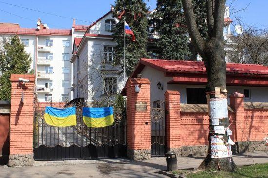 Нестабільна ситуація в країні: Львівська облрада закликала закрити у місті генконсульство Росії