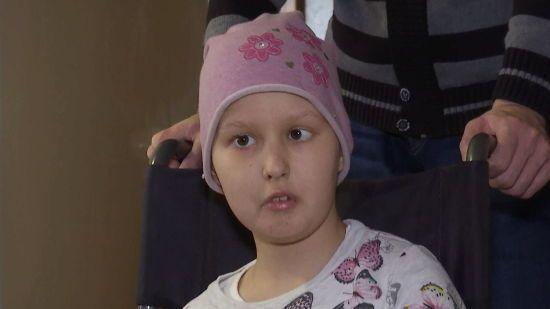 На її руках уже не лишилося живого місця: допоможіть маленькій Насті здолати хворобу