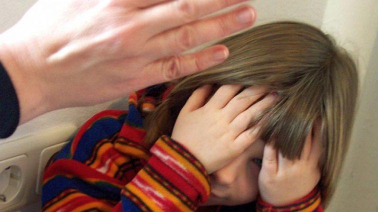 Численні синці та забої: На Львівщині мати жорстоко побила 4-річну доньку