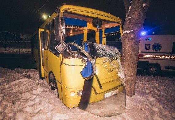 Фатальна аварія  в Києві: Маршрутка з пасажирами збила пішохода та влетіла в дерево, перші подробиці
