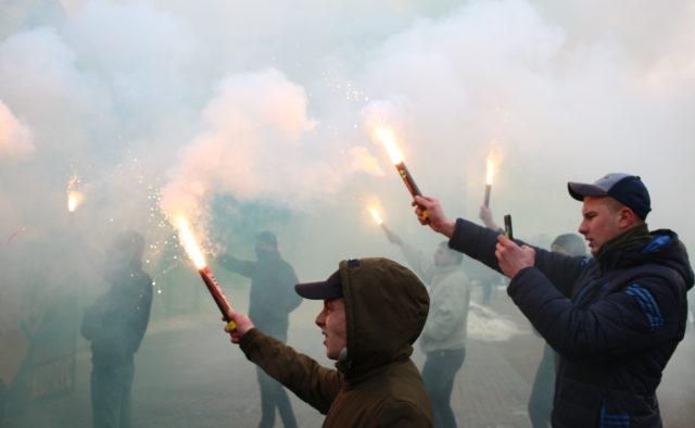 Пролунали вибухи, вся вулиця в диму: У центрі Києва відбувся масштабний мітинг, перші деталі