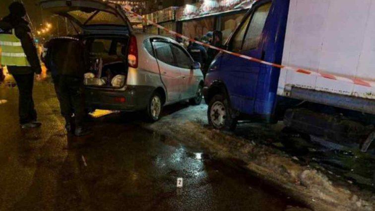 Лежав в калюжі крові: чоловіка знайшли біля авто розстріляним