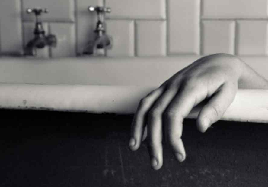 Знайшли у калюжі крові: жінка відчайдушно намагалась звести рахунки з життям
