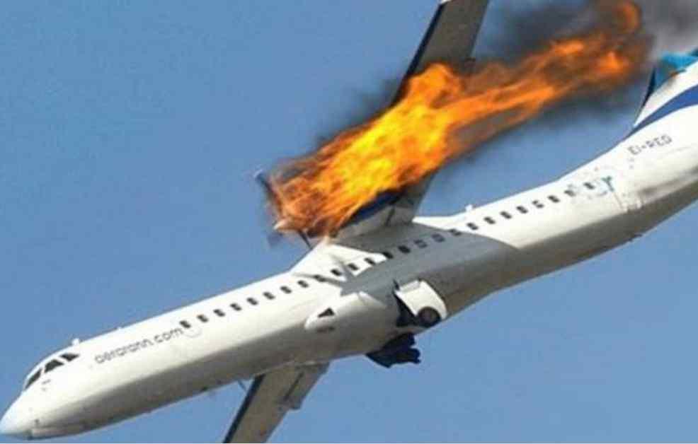 """""""Ніхто не вижив, уламки впали на дім"""": Літак звалився на футбольне поле"""