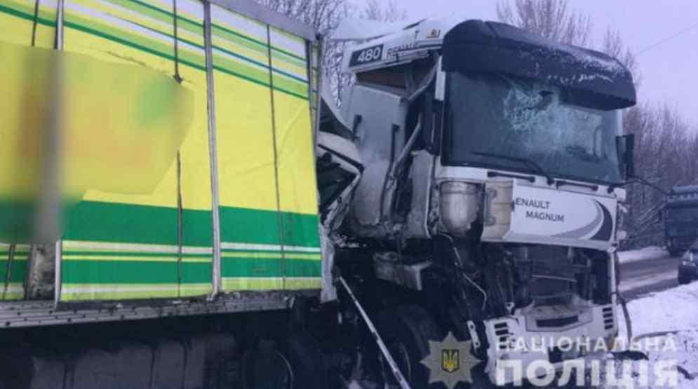 Видовище не для слабкодухих: дві вантажівки потрапили в смертельну аварію