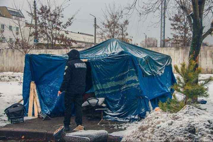 Помер в тиші: у Києві у наметі на смерть замерз чоловік