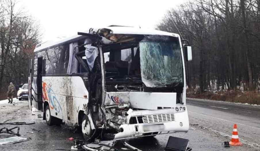 Моторошна ДТП: рейсовий автобус з пасажирами врізався у вантажівку, є постраждалі