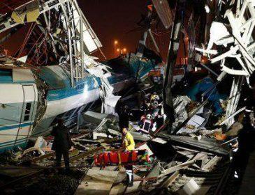 Людей дістають з-під уламків, багато загиблих: Зійшов з рейок швидкісний потяг, перші подробиці трагедії