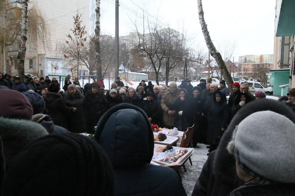 4 труни і діти в них, немов янголи! У Вінниці поховали убитих під Новий рік дітей і жінок
