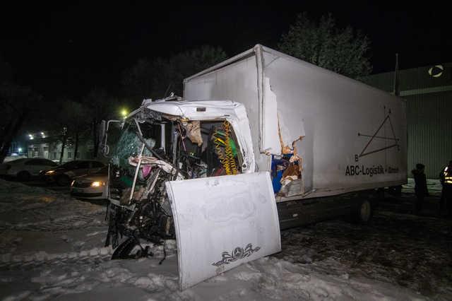 Фатальна ДТП на українській трасі: На шаленій швидкості зіткнулись дві вантажівки, є жертви