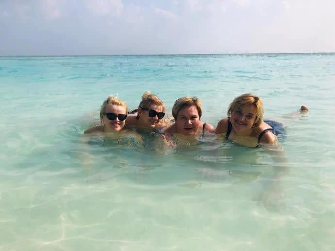 Красиво жити не заборониш: чиновниці Бучі з копійчаною зарплатою відпочивали на Мальдівах