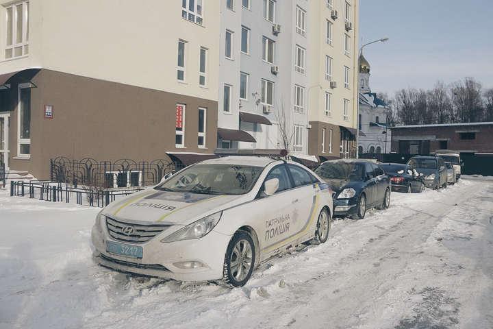 Зі шприцом у руках: В Києві на сходовому прольоті знайшли тіло молодика
