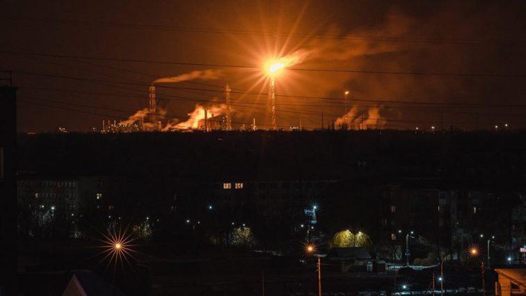 """""""Небо палає і чути вибухи"""": На хімзаводі спалахнула масштабна пожежа"""