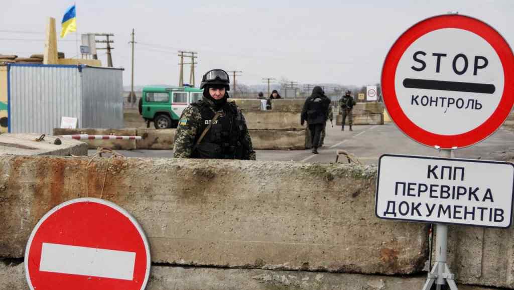 Люди помирають прямо у чергах: з'явилися трагічні новини з Донбасу