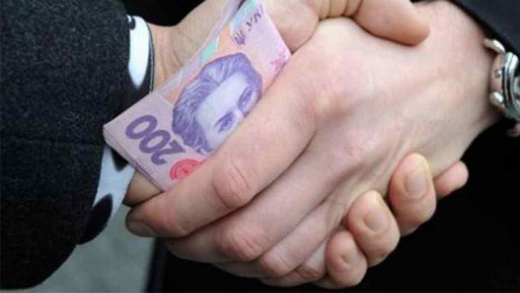 Вимагав 15 тисяч доларів: у Києві на хабарі впіймали голову дачного кооперативу