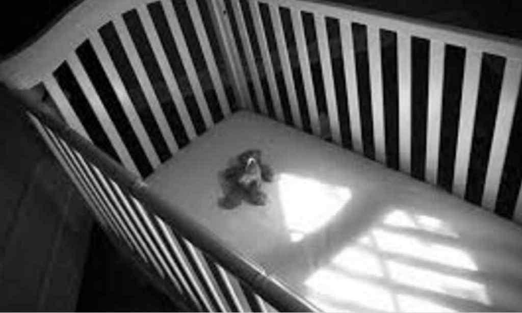 Сина народила на балконі: мати порізала ножицями і задушила своє небажане немовля
